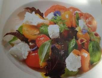 Salát z různých druhů rajčat,pěnou z kozího sýra,bazalka